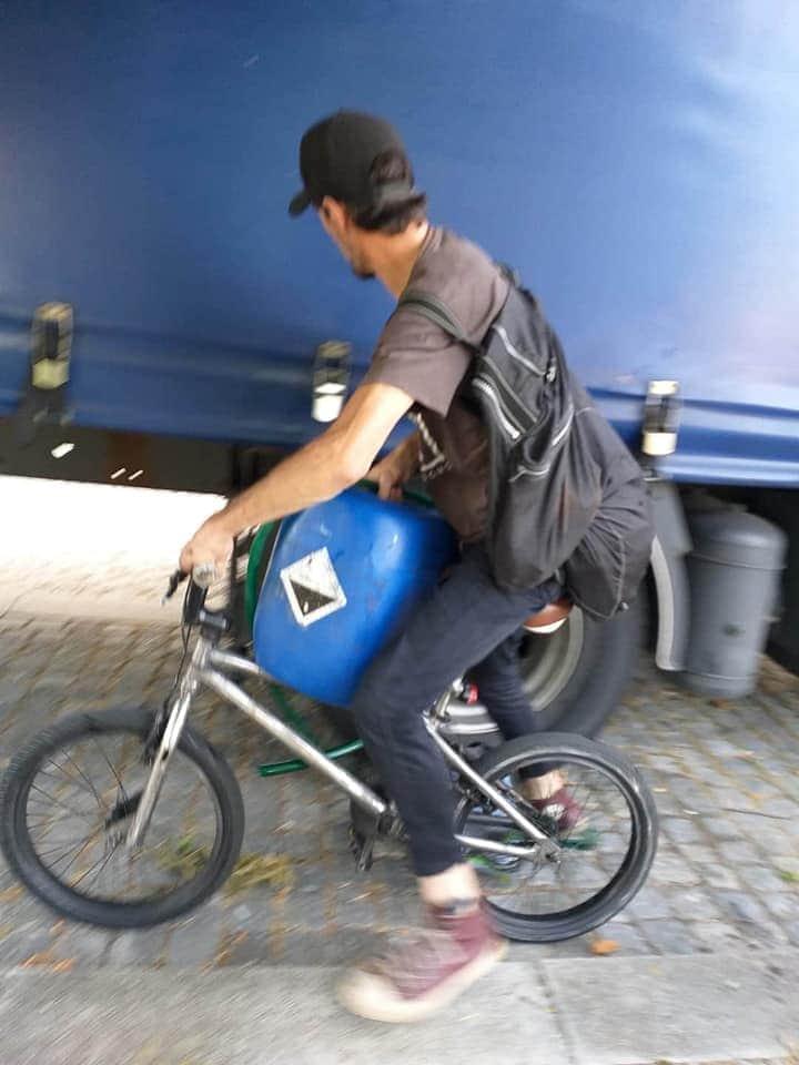 Llegan los robos silenciosos de gasóleo. Atrapado un ladrón robando gasóleo de camiones en bicicleta. Aquí están las fotos.