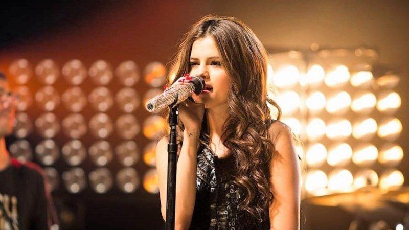 Selena Gomez Conta Seu Testemunho Em Carta Para Si Mesma