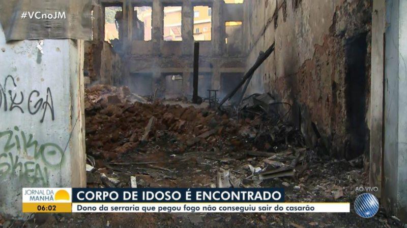 Corpo de idoso vítima de incêndio é retirado de escombros em